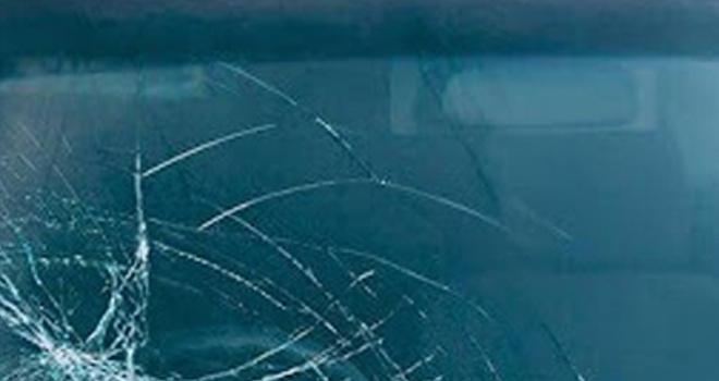 Polis aracının camını kıran genç gözaltına alındı