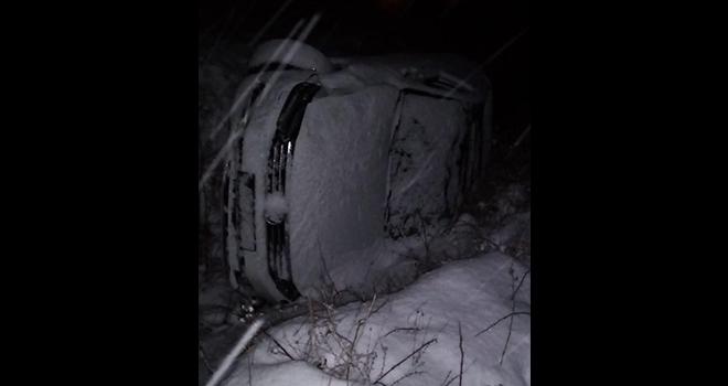 Karlı yolda kayan iki araç şarampole yuvarlandı: 6 yaralı