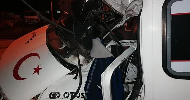 Samsun'da minibüs aydınlatma direğine çarptı:3 ağır yaralı