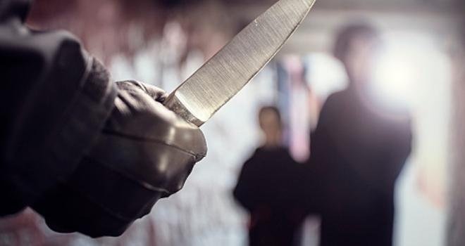 Bıçakla tehdit edip parasını gasp etti