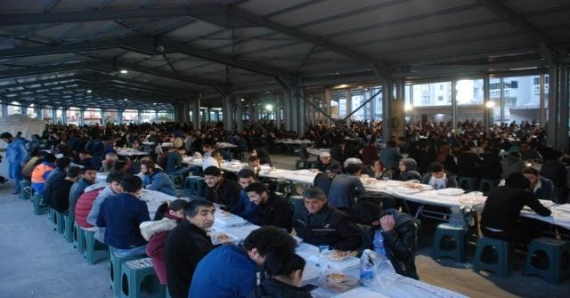 Kapalı Pazar Yerinde 3 Bin Kişiye İftar Yemeği