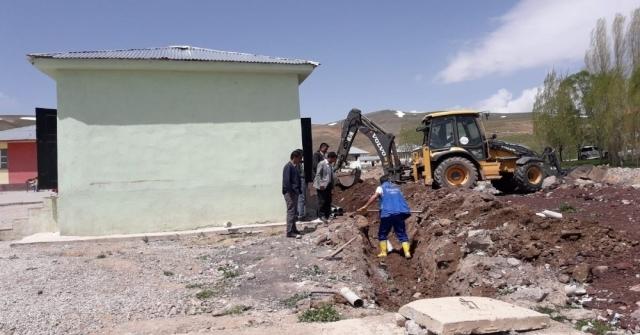 30 Yıllık Okul İlk Kez Kanalizasyon Hattına Kavuştu
