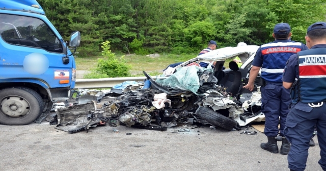 Sinopta Kargo Kamyonu İle Otomobil Kafa Kafaya Çarpıştı: 2 Ölü, 1 Yaralı