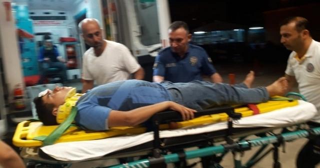 Otomobille Çarpışan Motosikletteki Gençler Yaralandı