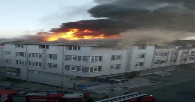Ataşehirde Üç Katlı Apartmanın Çatısı Alev Alev Yandı