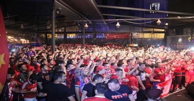 Liverpoollu Taraftarlar Maç Öncesi İstanbulda Doyasıya Eğlendi