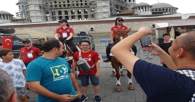 Taksimde Meydanındaki Atlı Polislere İngiliz Taraftarlardan Yoğun İlgi