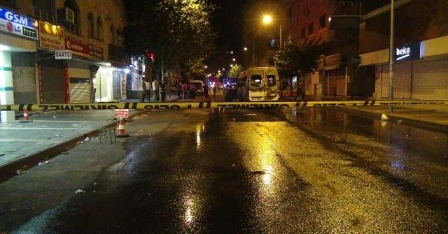 Diyarbakırda Terör Yandaşları Yolcu Minibüsünü Ateşe Verdi