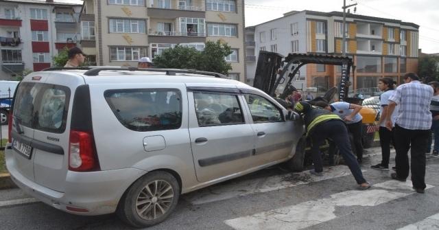 Hafif Ticari Araç İle Forklift Çarpıştı: 5 Yaralı