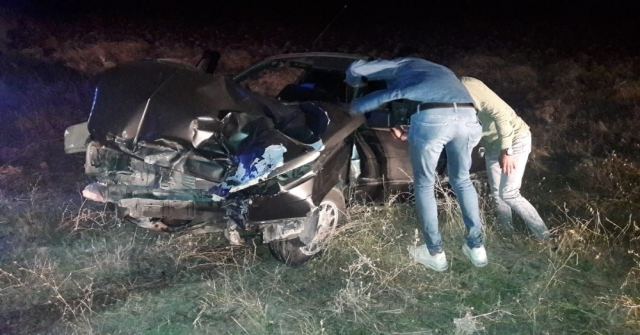 Otomobil Bariyerlere Çarptı, İmdatlarına İtfaiye Yetişti