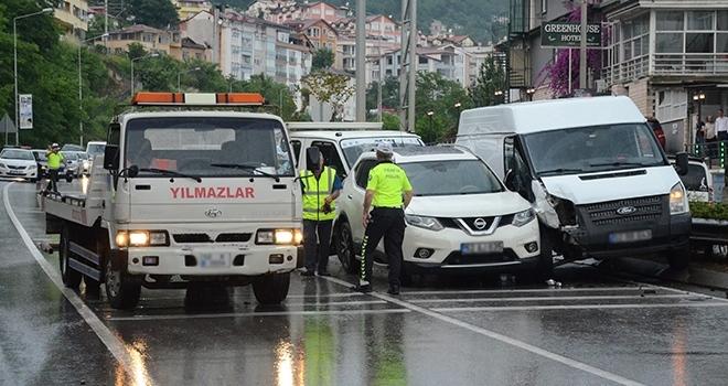 Karadeniz Sahil Yolu'nda 5 araç birbirine girdi: 4 yaralı