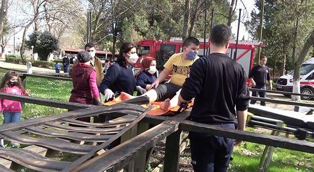 Parkta ayağı demirlerin arasına sıkışan çocuğu itfaiye kurtardı