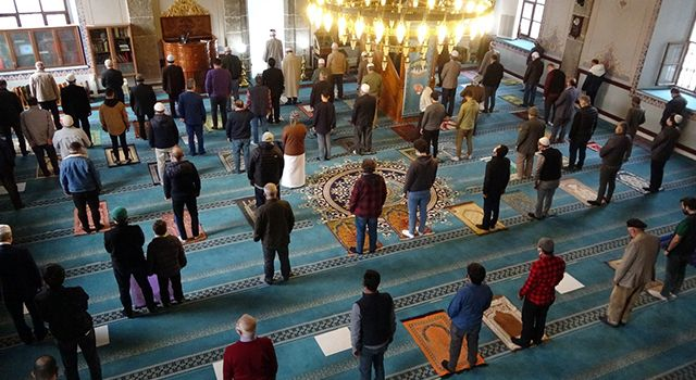 Samsun'da bayram namazı korona virüs tedbirleriyle kılındı