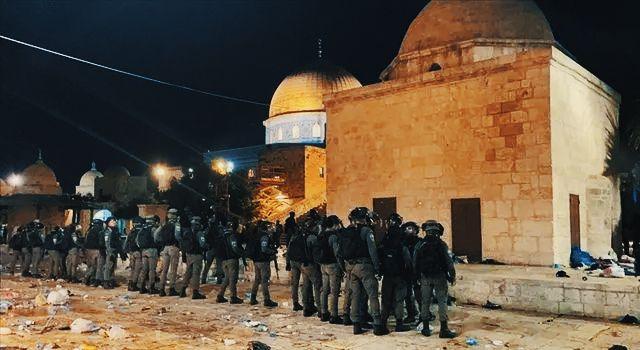 Son dakika! İsrail polisinden Mescid-i Aksa'daki cemaate saldırı: Çok sayıda yaralı var