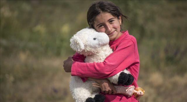 Köy çocukları yardımseverlerin hediyeleriyle çifte bayram yaşadı