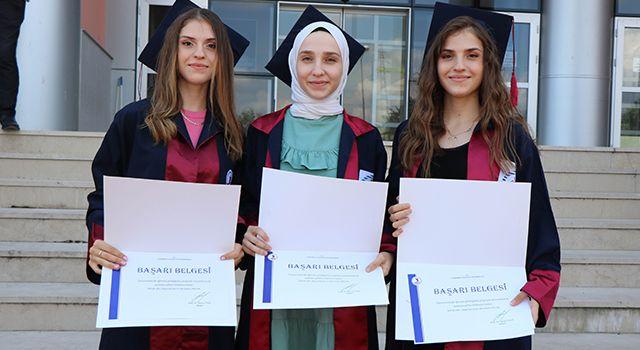 Üçüz kardeşler aynı okuldan dereceyle mezun oldu
