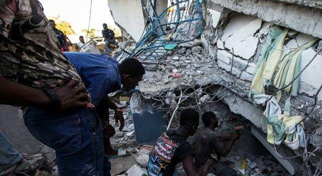 7.2'lik depremde ölü sayısı 300'ü geçti
