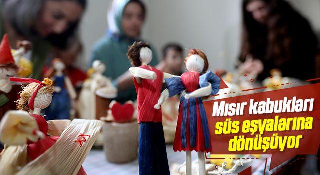 Mısır kabukları kadınların elinde süs eşyalarına dönüşüyor