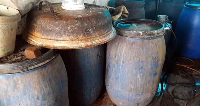 İmalathaneye dönüştürülen evde 2 bin 310 litre sahte içki ele geçirildi
