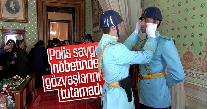 Polis saygı nöbetinde gözyaşlarını tutamadı