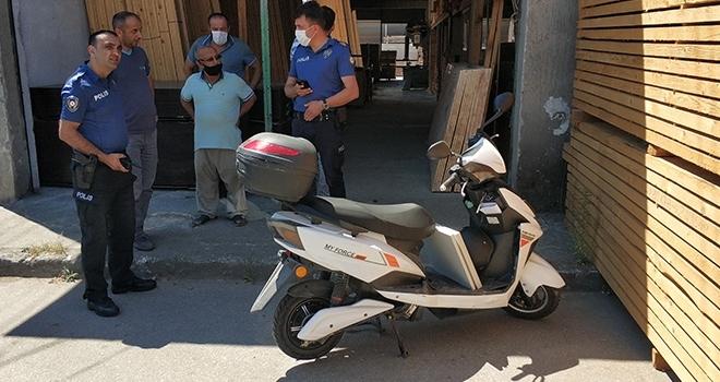 Elektrikli motosiklet sürücüsü kazada yaralandı
