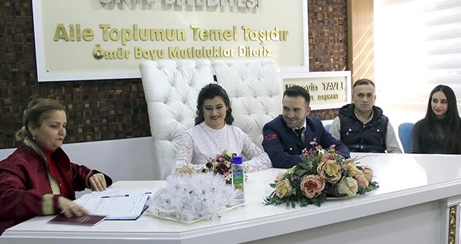 Uzman Çavuş nikahınaüniformasıyla katıldı