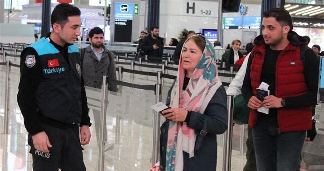 Turkuaz yelekli pasaport polisleri İstanbul Havalimanı'nda hizmet vermeye başladı