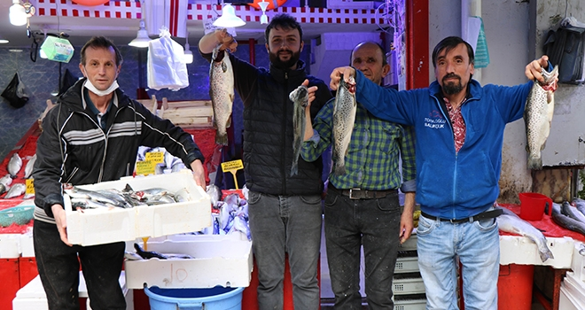 Balıkçı tezgahlarında benekli somon ve barbun sürprizi