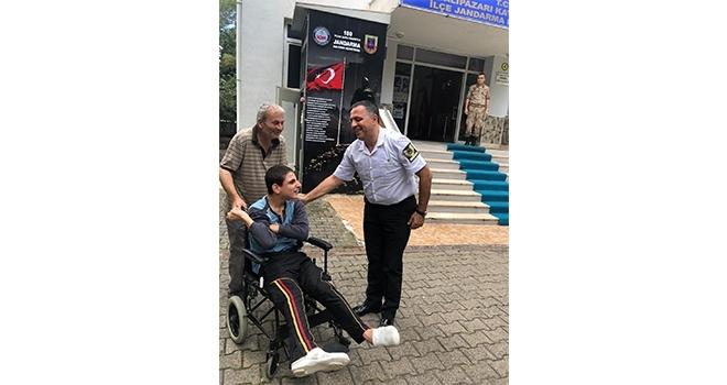Engelli çocuğajandarmadantekerlekli sandalye