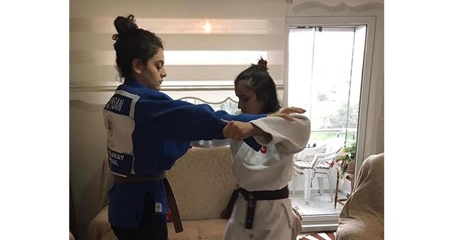 Judocular Evde Form Tutuyor
