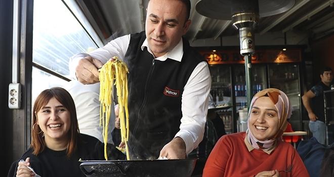 Tescilli Adana kebabının yanına tescilli makarna