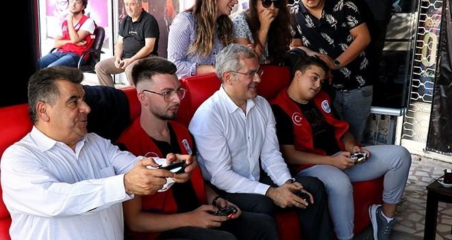 Büyükelçiler gençlerle playstationda maç oynadı