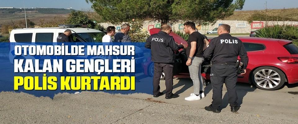 Samsun'da Otomobilde mahsur kalan gençleri polis kurtardı