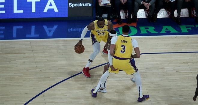 Lakers LeBron James'in 'triple-double' yaptığı maçta yendi